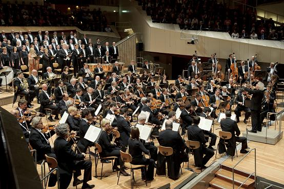 Schon anlässlich des 25. Mauerfalljubiläums im November 2014 dirigierte Sir Simon Rattle Beethovens Symphonie Nr. 9 (Foto: Monika Rittershaus)