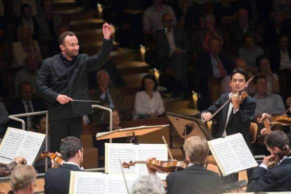Kirill Petrenko dirigiert das Bayerische Staatsorchester beim Musikfest Berlin 2016 (Bild: Monika Rittershaus)